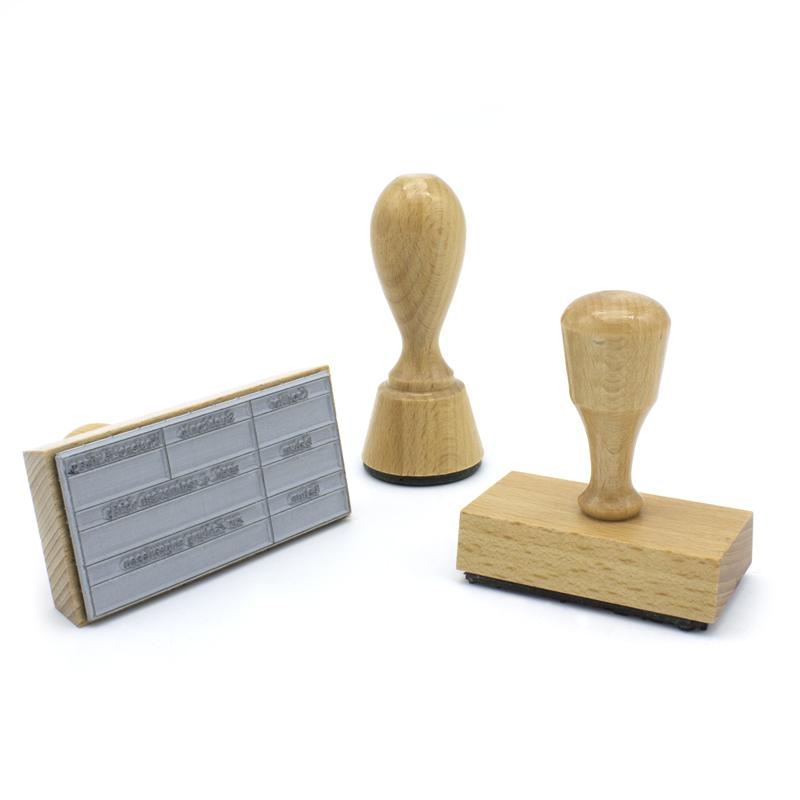 Verschiedene Holzstempel in mehreren Größen